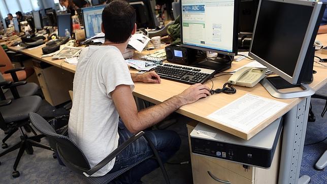 Los peligros de sentarse mal for Riesgos laborales en una oficina