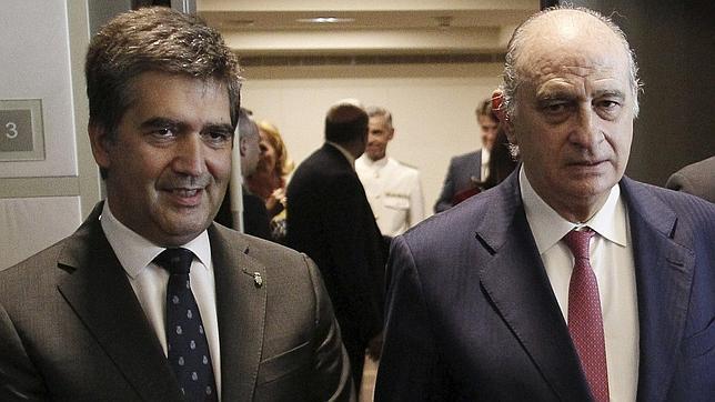 El director general de la Policía, Ignacio Cosidó, junto al ministro del Interior, Jorge Fernández Díaz