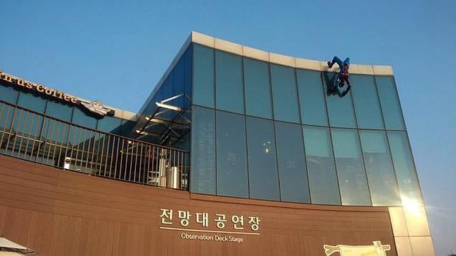 La estatua estaba ubicada sobre la fachada de un centro comercial de Corea del Sur