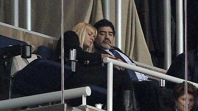 La exnovia de Maradona lo acusa de homosexual y maltratador
