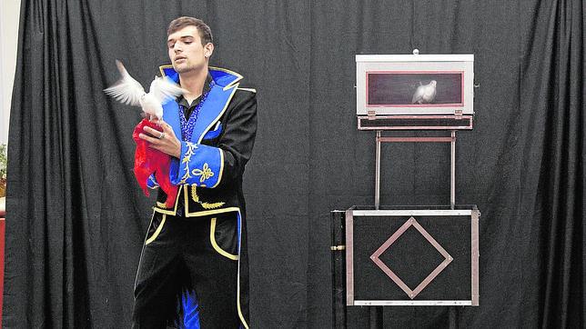 Uno de los aspirantes a mago, en el examen final del primer curso universitario de ilusionismo Wenceslao Ciuró