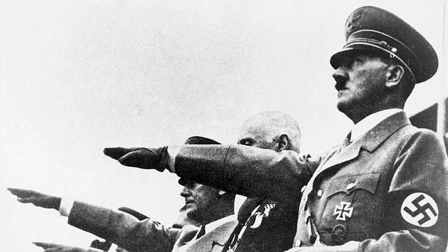 Adolf Hitler hace el saludo nazi en Berlín