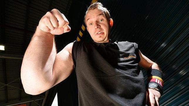 hombre con un solo brazo musculoso