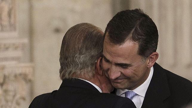El abrazo en el que se han fundido Don Juan Carlos y Don Felipe, un gesto entre «Reyes»