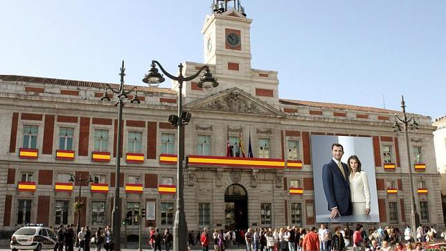 La puerta del sol lucir una imagen gigante de los nuevos for Real casa de correos madrid