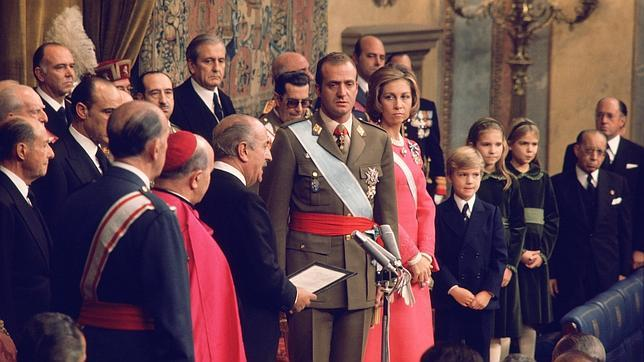 Madrid, 22/11/1975: proclamación de Juan Carlos I como Rey de España, con el Heredero de la Corona a su lado, el que ahora reinará como Felipe VI
