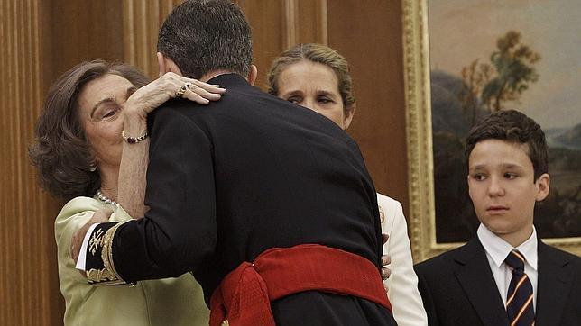 El Rey besa a su madre en presencia de su hermana la Infanta Elena y su sobrino Felipe Juan Froilán