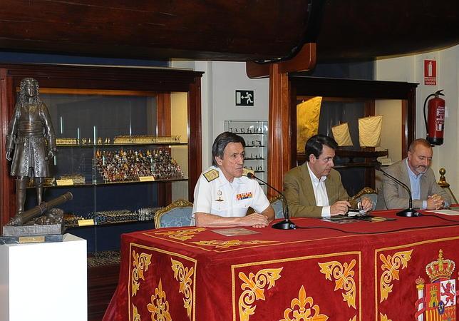 El director del Museo Naval, el almirante González Carrión, junto a Ferrer-Dalmau y Pérez Reverte