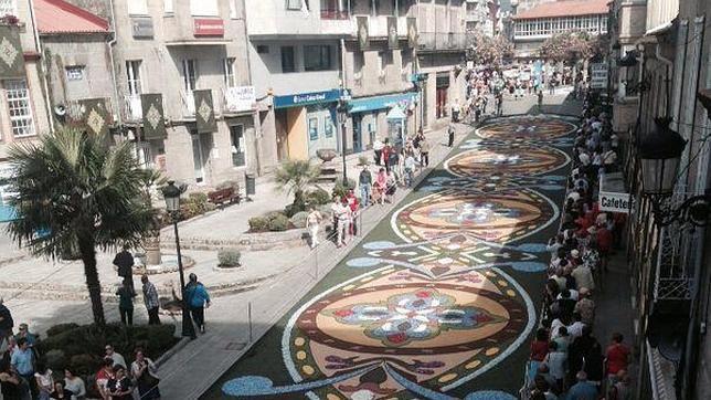 Ponteareas amanece alfombrada de flores for Alfombras motivos geometricos