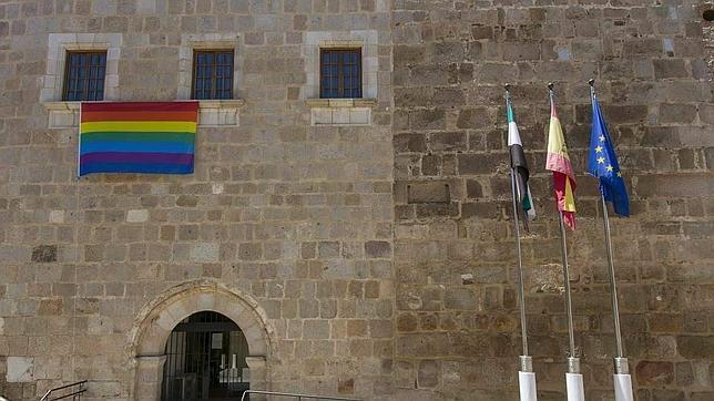 La bandera gay cuelga de la ventana de Monago en el Día del Orgullo