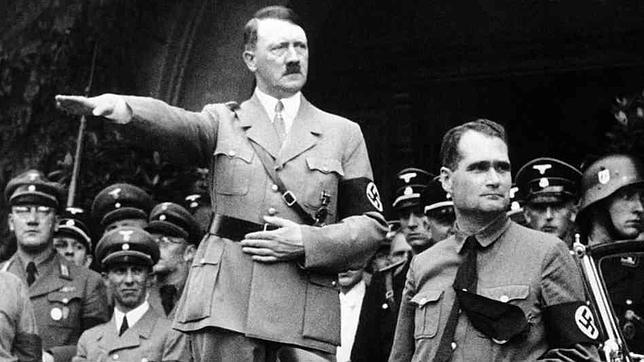 Hitler saluda a sus seguidores junto a Rudolh Hess, quien posteriormente huyó de Alemania