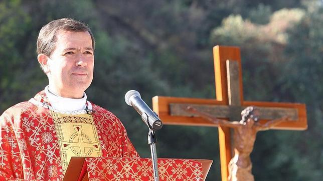 El padre Álvaro Corcuera durante una misa en el Instituto Irlandés