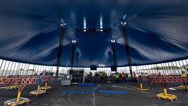 Proceso de montaje de la carpa del Cirque du Soleil, antes del estreno en PortAventura