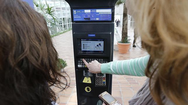 Los parquímetros pueden abonarse en metálico, con tarjeta de crédito o con tarjeta de contacto, e incluso desde el móvil