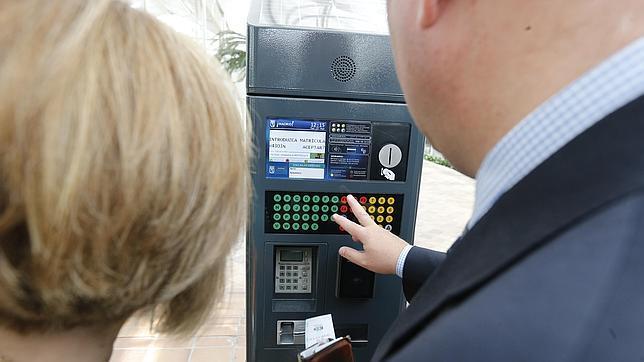 Un usuario introduce su número de matrícula en uno de los nuevos modelos de parquímetro