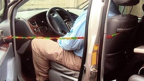 Un niño crea un sistema para evitar que mueran bebés olvidados en los coches al sol