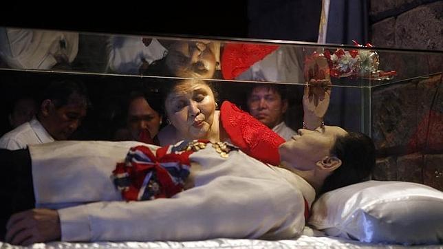 Imelda Marcos celebra su 85 cumpleaños visitando la momia de su difunto marido