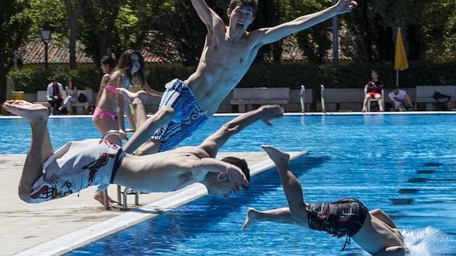 La piscina del barrio de la concepci n ya est plenamente for Piscina municipal barrio del pilar