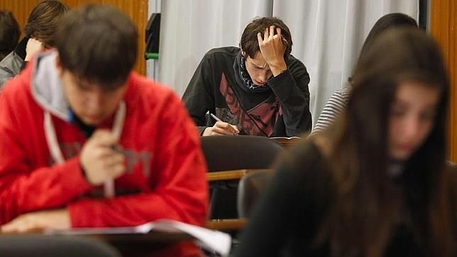 Uno de cada seis adolescentes españoles tiene problemas para leer una factura o utilizar la tarjeta de crédito