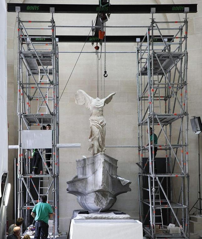 La Victoria de Samotracia, situada en una de las más magnas escaleras del Louvre, volvió ayer a su espacio monumental tras diez meses de restauración