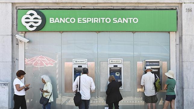 La crisis del banco portugu s esp rito santo arrastra a for Banco galicia busca cajeros