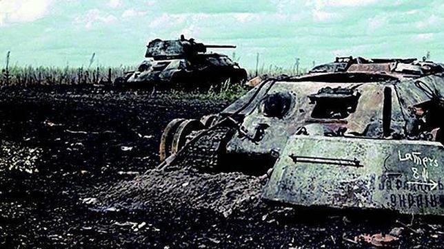 Restos de dos carros T-34/76 soviéticos, abandonados tras la batalla en Belgorod, al sur de Kursk, en el verano de 1943