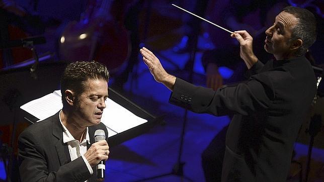 Santiago Auserón engancha al público con su lado más sinfónico