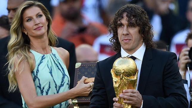 Mundial Brasil 2014 Carles Puyol Entrega La Copa Del Mundo Abc Es