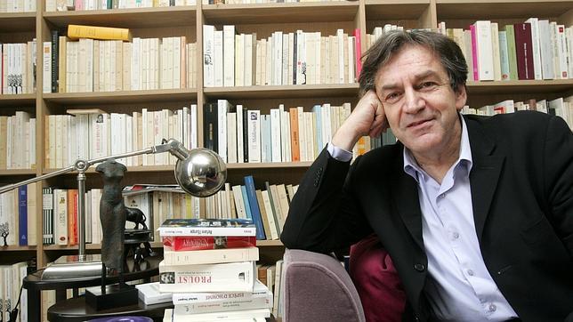 Alain Finkielkraut, miembro de la Academia Francesa desde este año, en su despacho