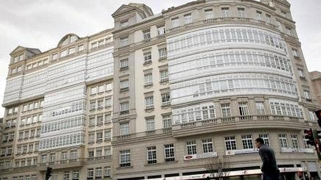 El edificio, en la esquina entre la avenida de Finisterre y la calle Fernando Macías de La Coruña