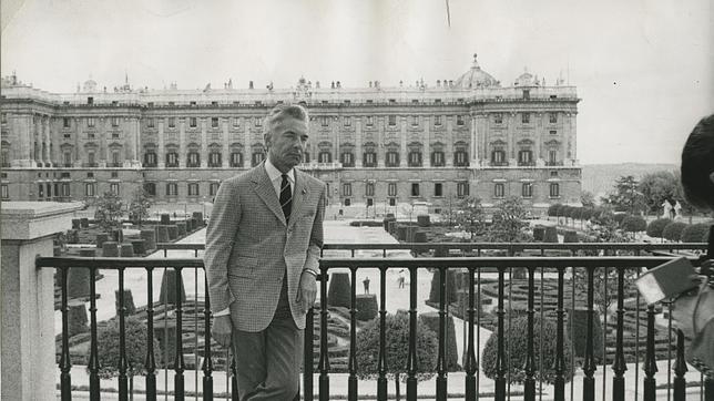Karajan, en la terraza del Teatro Real, en 1968, cuando este era sala de conciertos. Dirigió a la Filarmónica de Berlín