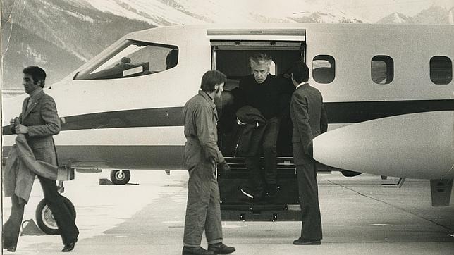 Karajan llega a St. Moritz pilotando su propio avión en 1965