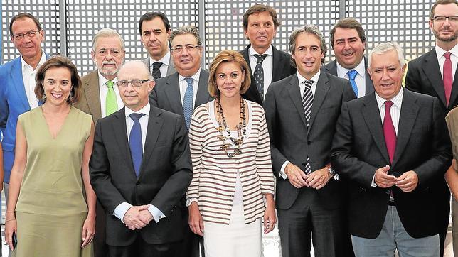 María Dolores de Cospedal reunida con un grupo de alcaldes populares y el ministro Cristóbal Montoro