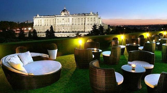 Una terraza donde el Palacio Real es el progatonista