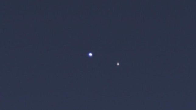 La Tierra (izda.) y la Luna, dos pálidos puntitos vistos desde Saturno