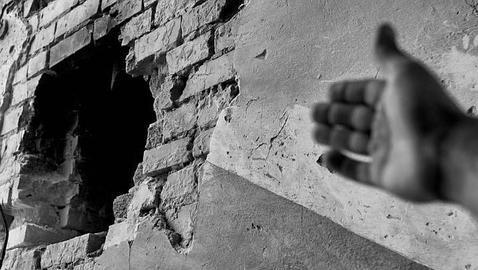Un mano señala el paso de la devastación