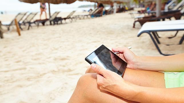 Cómo proteger el móvil de la arena, el calor y el agua