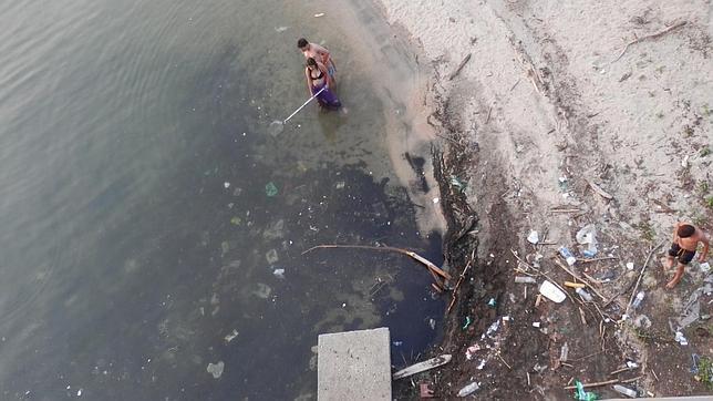 La basura «toma el sol» en el embalse de San Juan