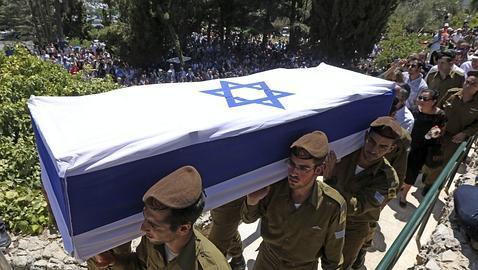 Soldados israelís portan un féretro