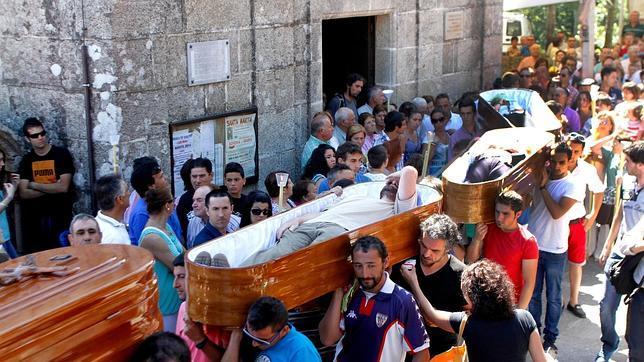 «Los que vieron la muerte», la procesión de ataúdes abiertos de un pueblo gallego