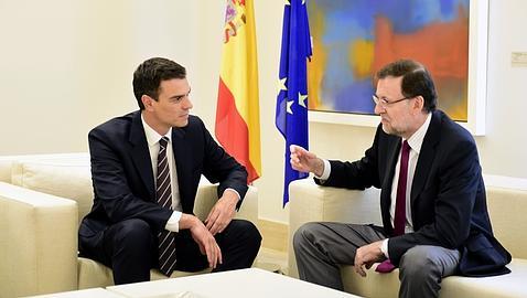 Rajoy y Sánchez conversan durante la reunión