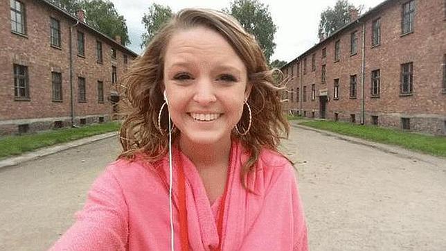 Se hace un «selfie» en Auschwitz e indigna a los usuarios de Twitter