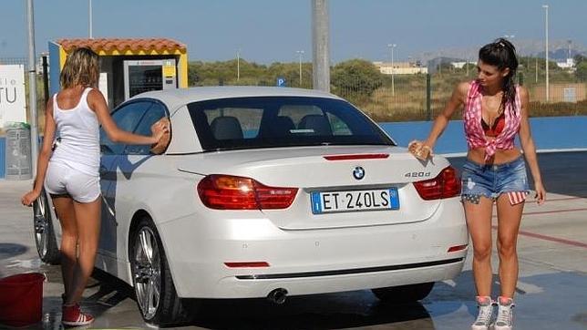 Dos modelos lavan coches de forma insinuante para for Modelos de lavaderos