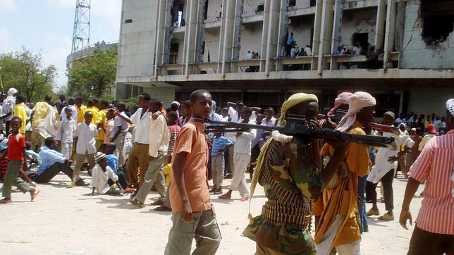 Miembros de Al Shabab caminan con sus armas por la capital somalí, en una imagen de archivo