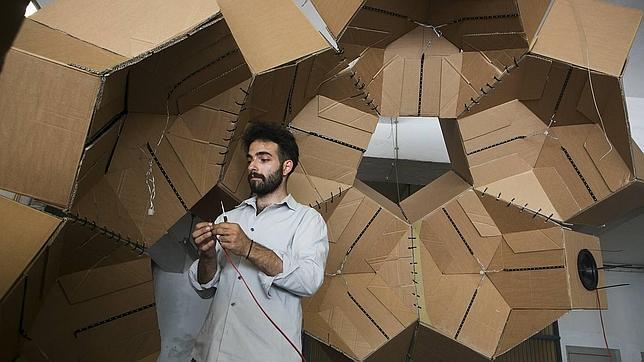 Christos Voutichtis prepara su pieza en la galería Walk & Talk