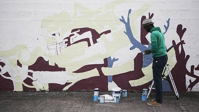 Fidel Évora recuerda a los inmigrantes desaparecidos en el mar en su mural