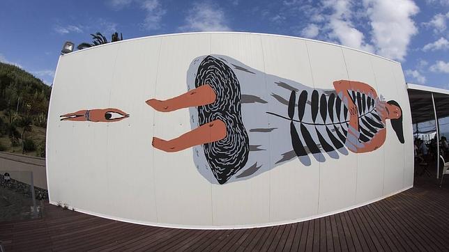 Un «chiringuito» en la playa de Pópulo es la base del mural de Mariana La Miserable