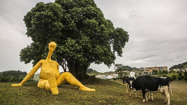 Un rebaño de vacas, espectadoras de la pieza de Robert Panda