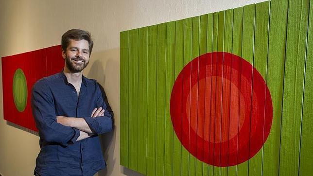 El artista Luis Agulló junto a una de sus obras