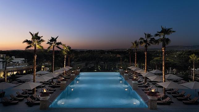 Los hoteles con las piscinas m s bonitas de espa a y for Hoteles de diseno en portugal